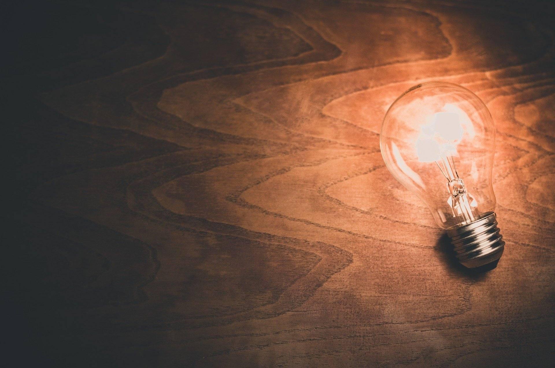Lâmpada acesa representando empreendedorismo e inovação