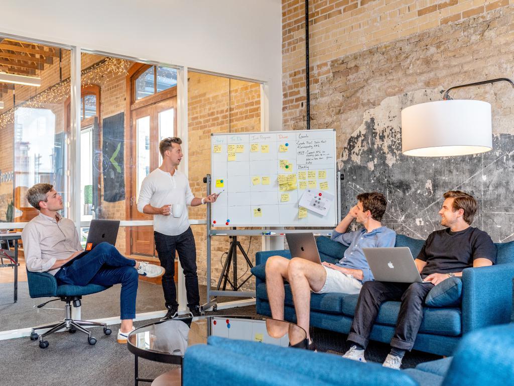Reunião de equipe usando abordagem do Design Thinking
