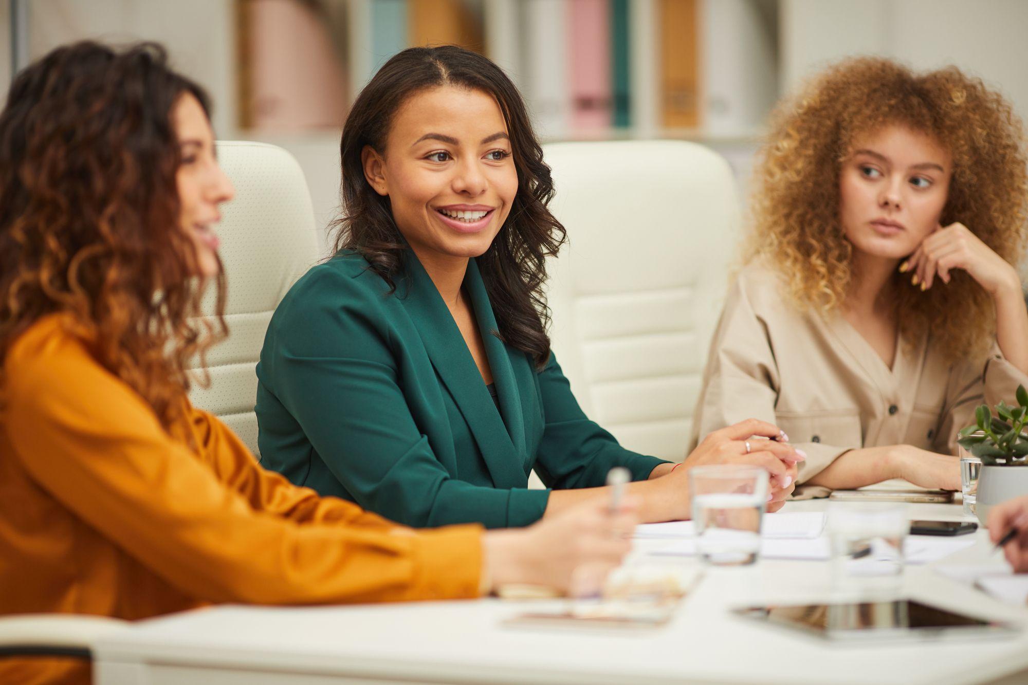 mulheres acompanhando sua líder exercendo a liderança situacional