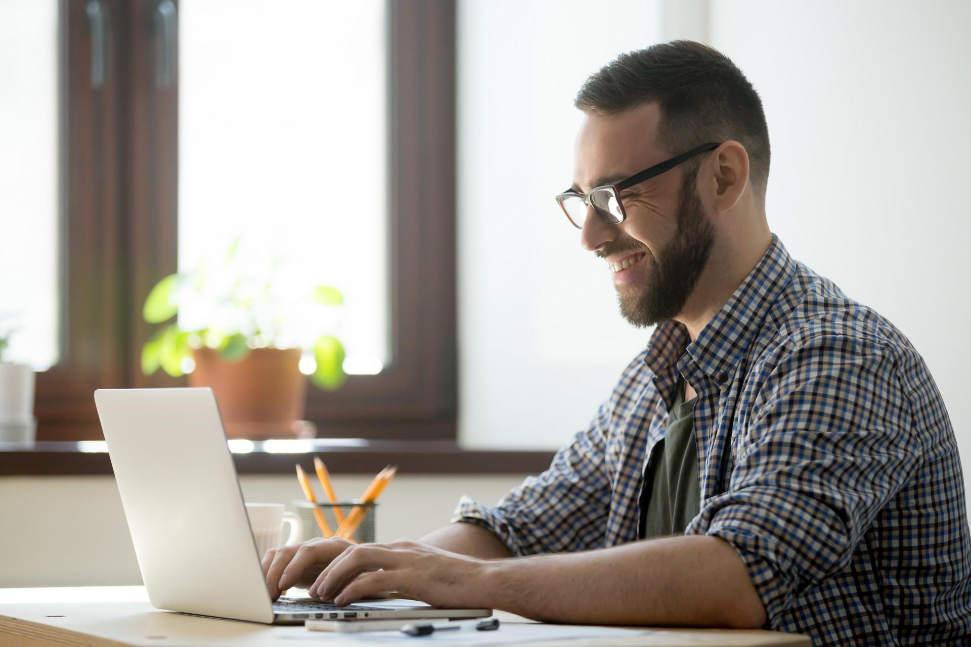 homem usando o notebook, pensando em criar um ambiente virtual com acessibilidade digital